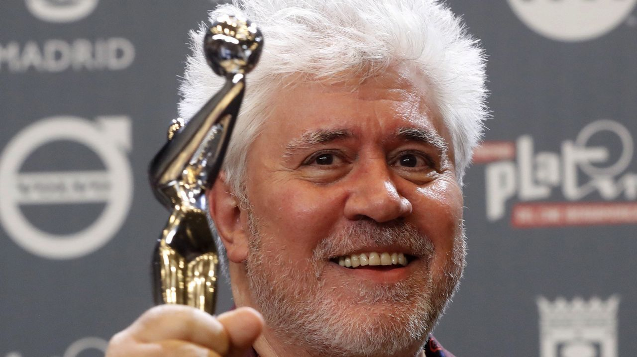 El director español Pedro Almodóvar tras recibir el premio Platino a la Mejor dirección por la película «Julieta»