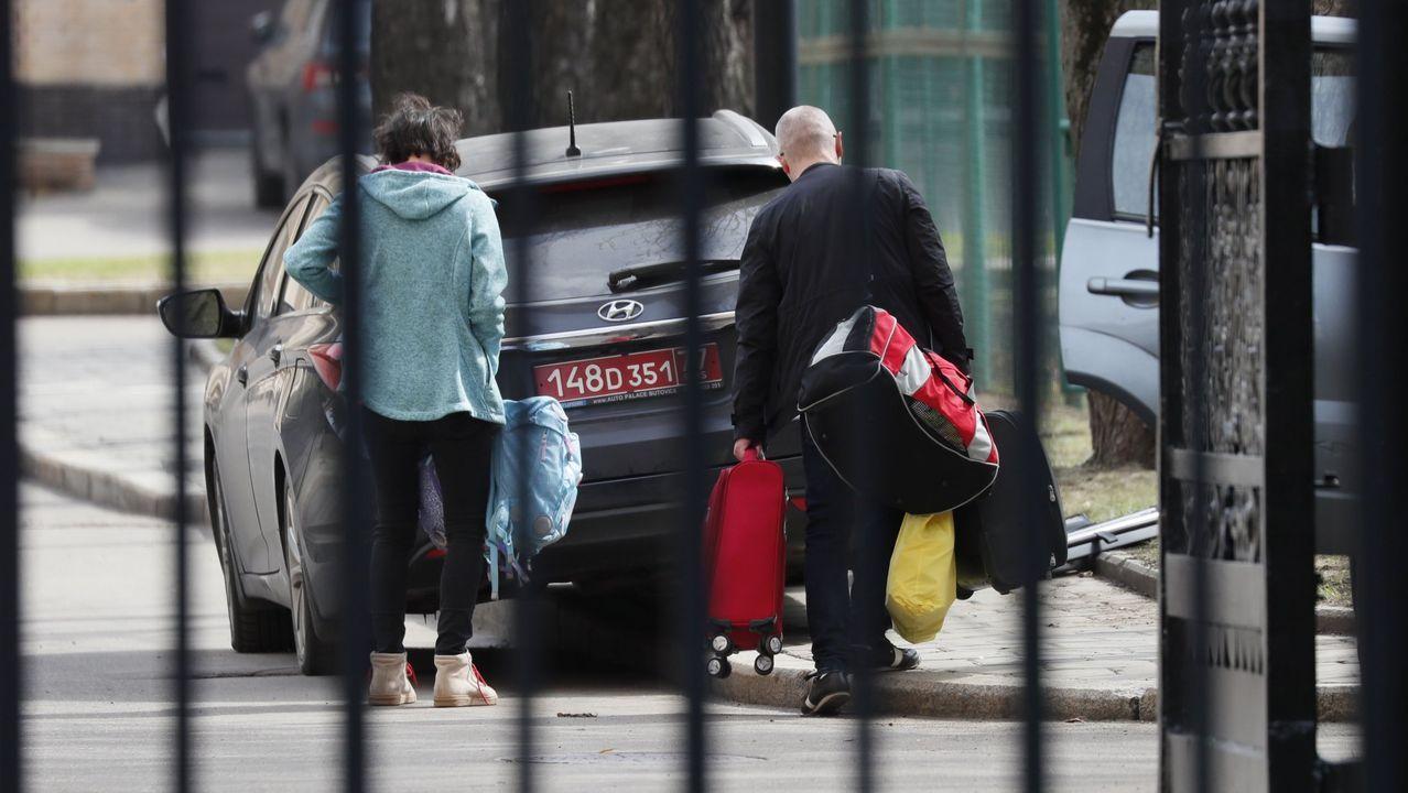 Diplomáticos checos expulsados abandonan su embajada en Moscú el pasado lunes con destino a Praga