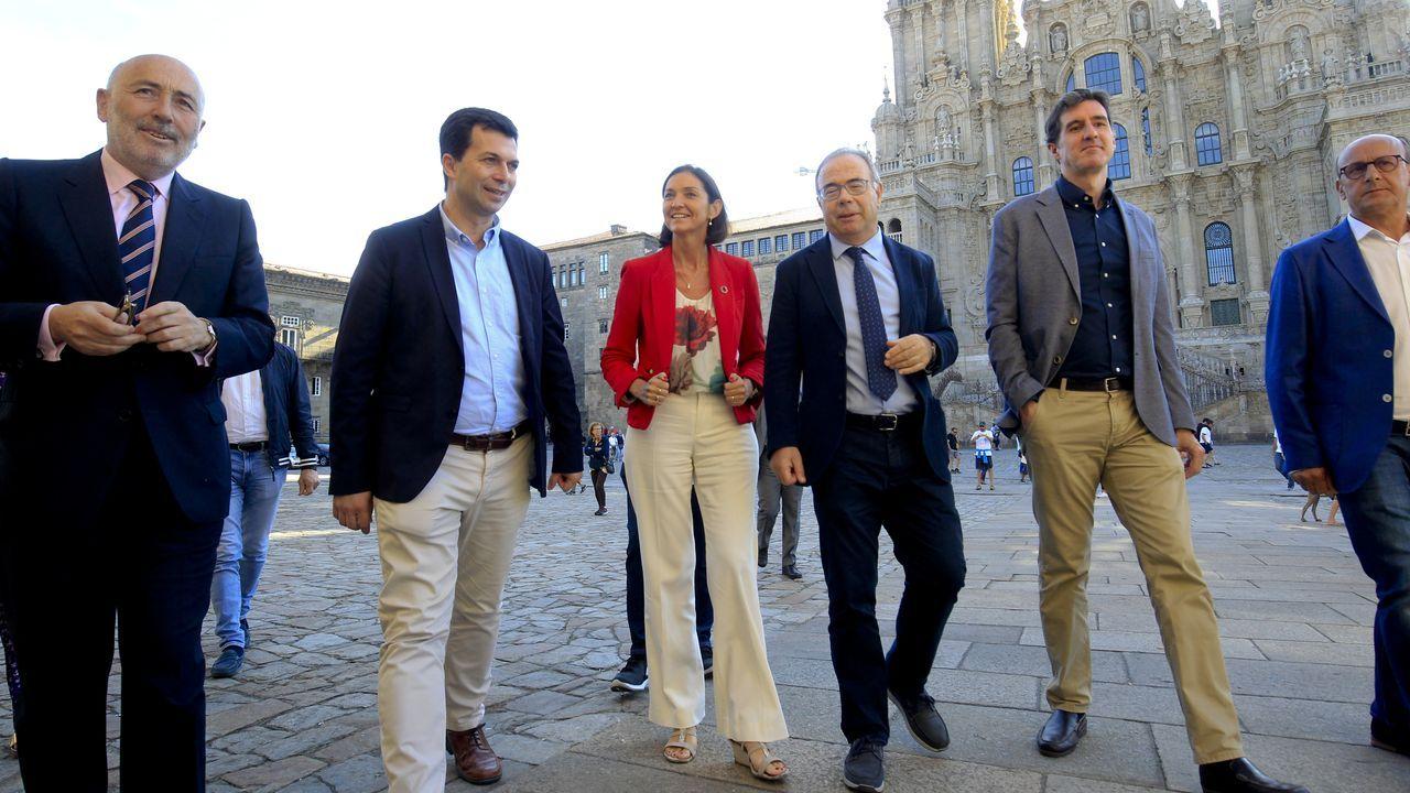 La gira de los ministros tras la investidura fallida. La ministra de Hacienda, María Jesús Montero, y el presidente de la Xunta coincididieron en julio en un acto en A Coruña