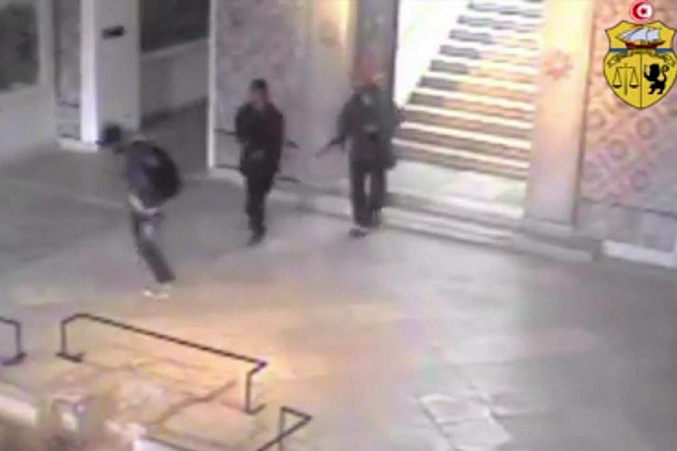 Los terroristas dejan marchar a un joven, el supuesto tercer terrorista.