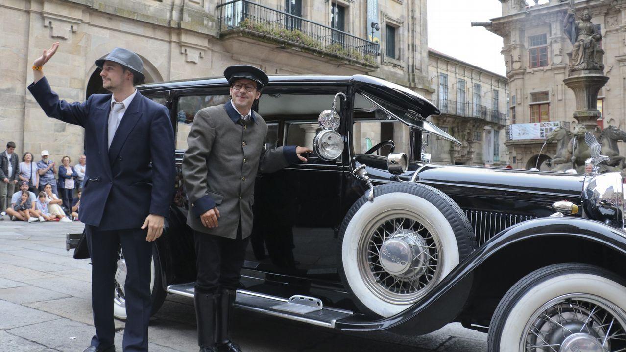 Compostela retrocede cien años con los coches y trajes clásicos