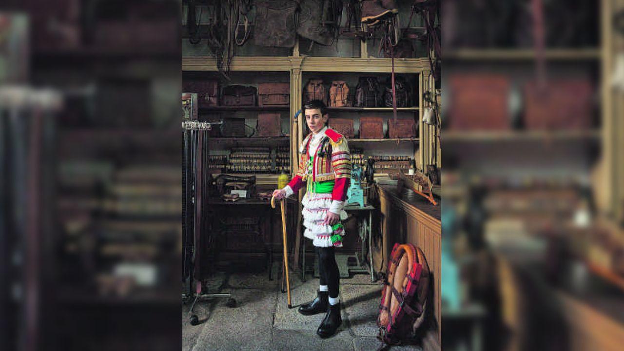 Rubén, el joven con una mano biónica.Un mozo posa cun disfrace tradicional do entroido, pertencente ao libro «Encarnados»