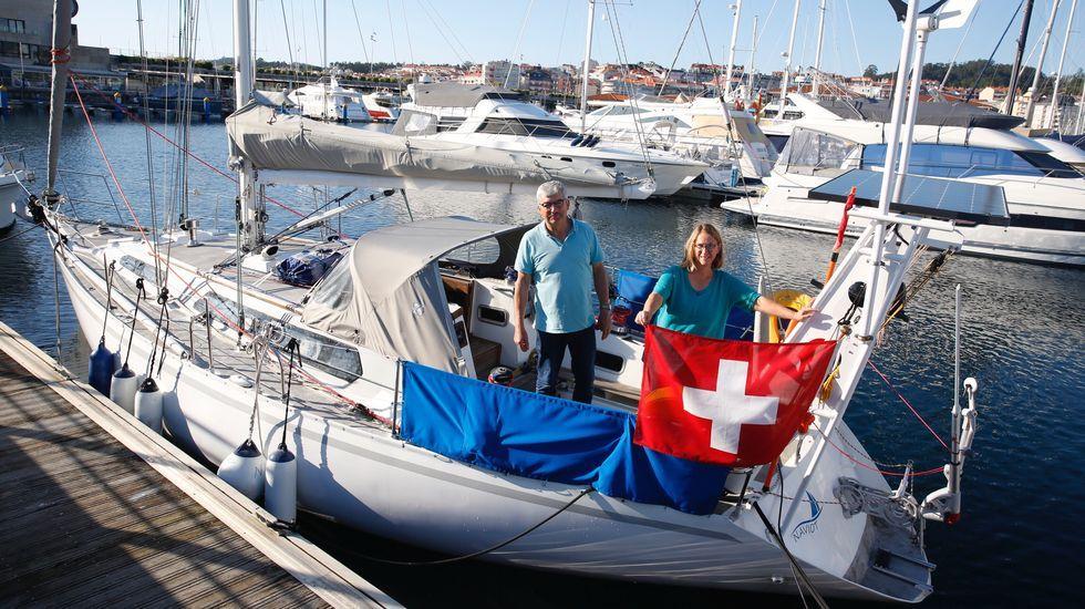Louis y Susanne Pittet matrimonio suizo que pasan la cuarentena en su barco, el Naviot, en el puerto de Silgar.Un control de la Guardia Civil obliga a parar a los automovilistas en una de las entradas del municipio de O Grove