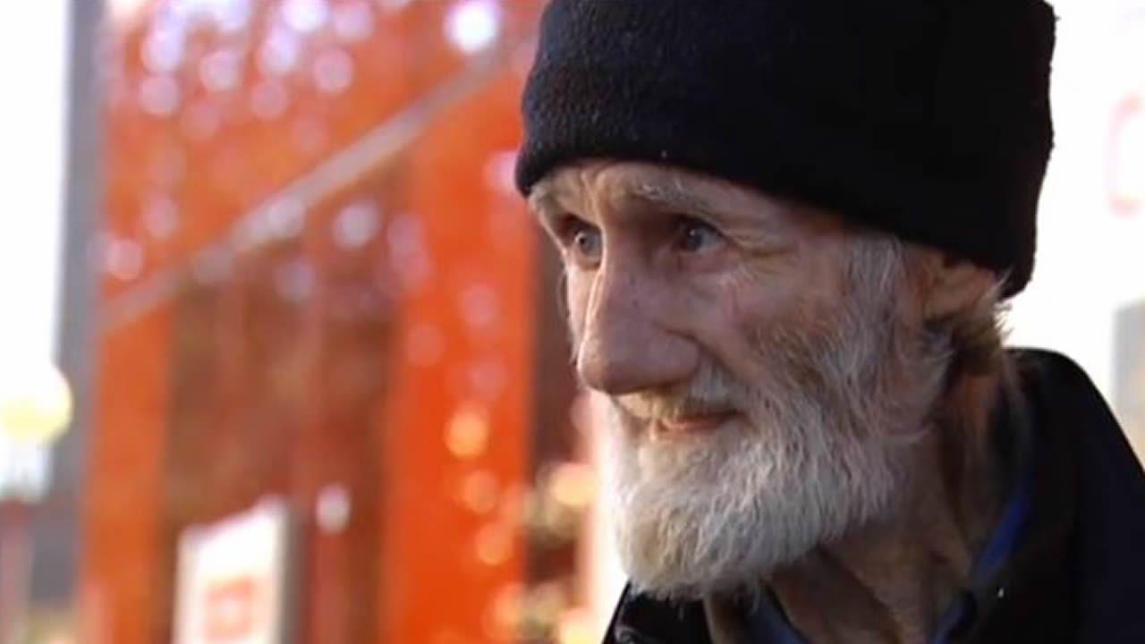 Ofrecen una vivienda a un hombre de 71 años que mendigaba en la calles desde hace 15.Imagen de archivo de una patrulla de la Policía Nacional