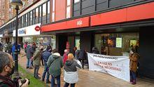 Concentración de Hostelería Con Conciencia frente a unas oficinas de EDP en Gijón
