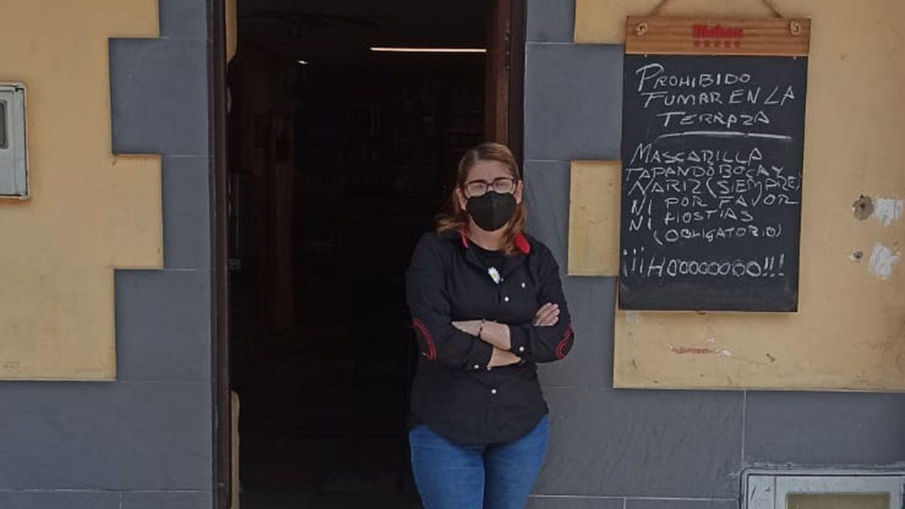 Belén Domínguez en el bar «La Caleya» de Lena