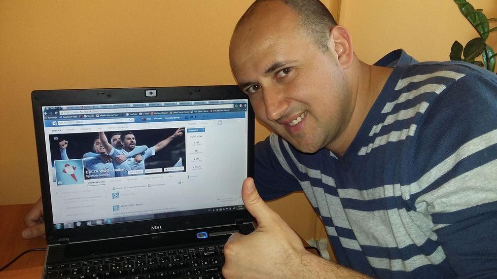 El aficionado posa con la página de fans que ha creado