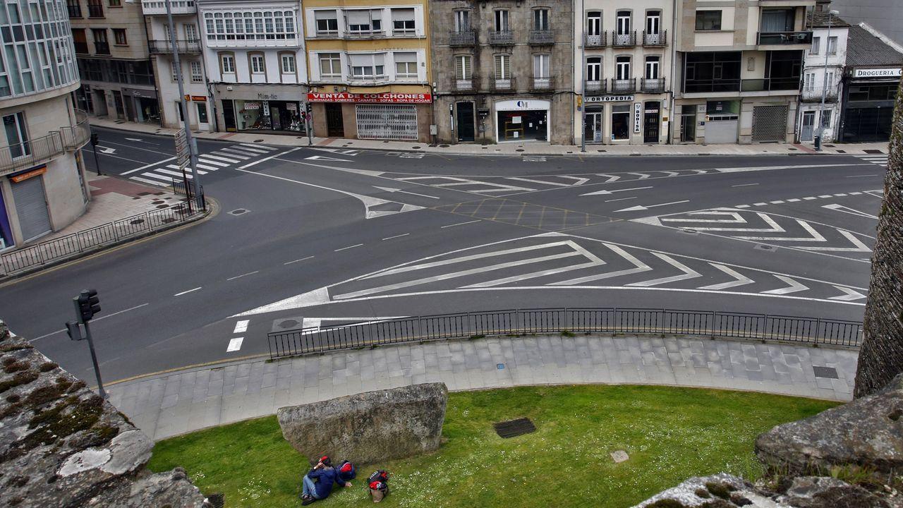 Un álbum para el recuerdo: Las vistas a la ciudad desde la Muralla.La medre de Claudia, a la izquierda, charla con los padres de Teo y Cora