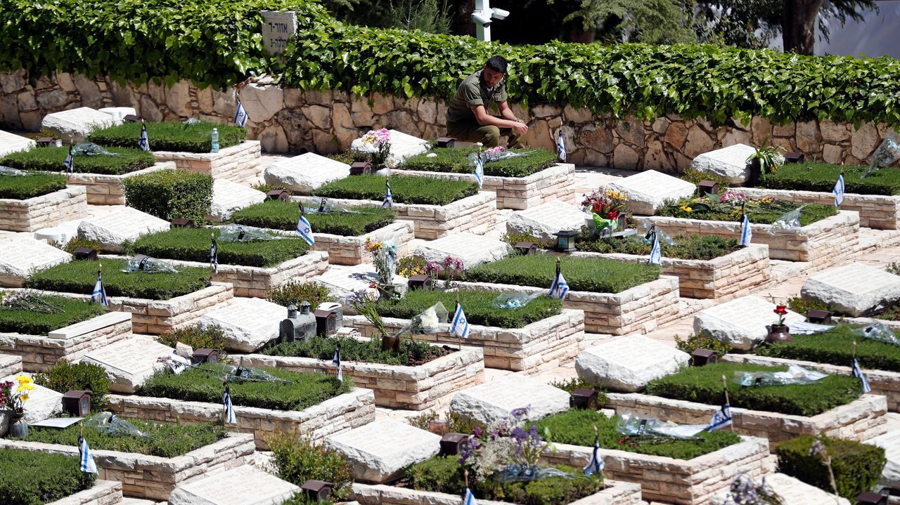 Israel celebró el Día de los soldados caídos. Un soldado,  junto a las tumbas