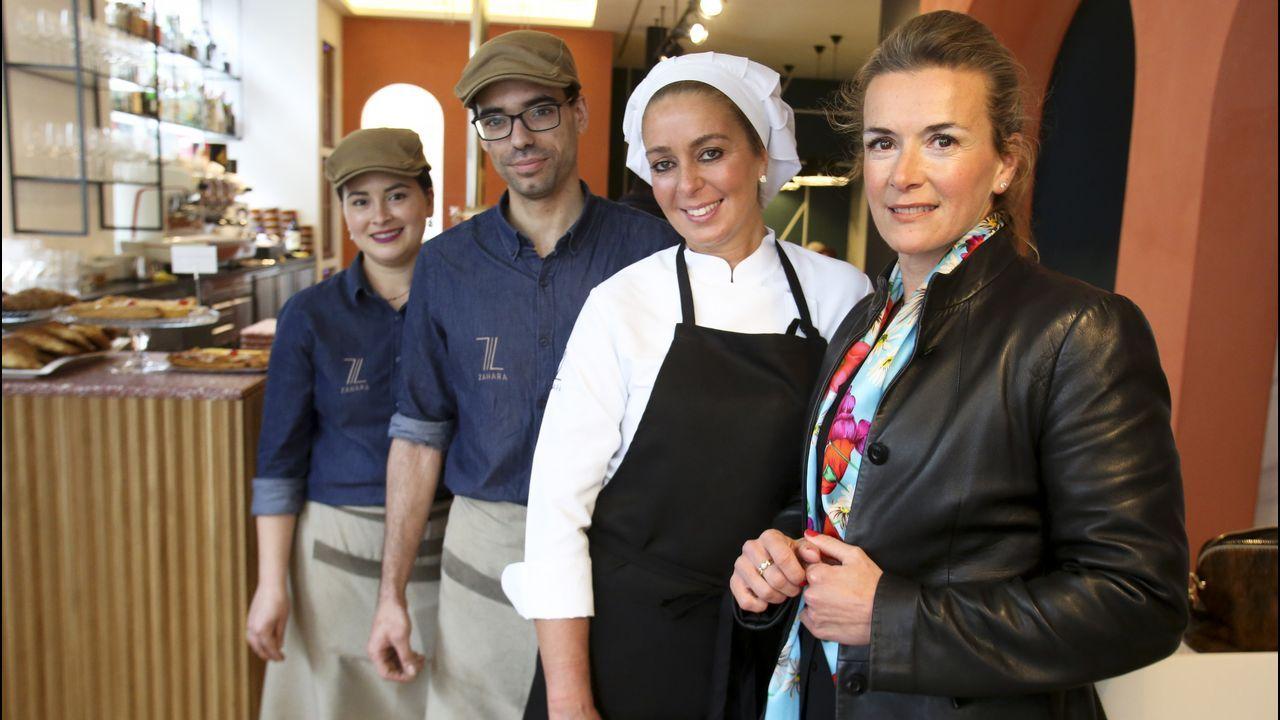 Lucia Gutiérrez (a la derecha) se encargó del nuevo vestuario laboral de los empleados de la cafetería Zahara, con los que posa en la imagen