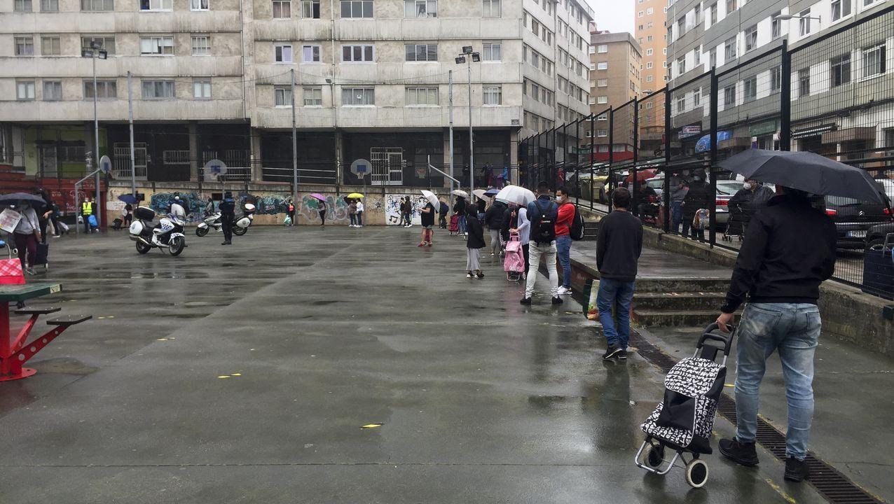 Las imágenes de la mansión okupada en AZapateira.Colas en A Coruña