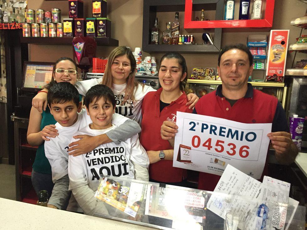 Lotería de Navidad: Los más afortunados.Administración de la calle Fernández Balsera, en Avilés