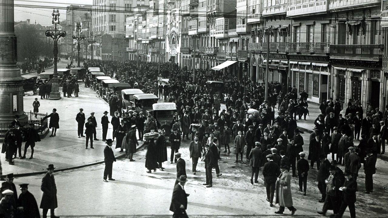 residencia.Fotografía del archivo de La Voz, tomada en 1919 a la salida de un mitin celebrado en el Teatro Linares Rivas en los Cantones de A Coruña