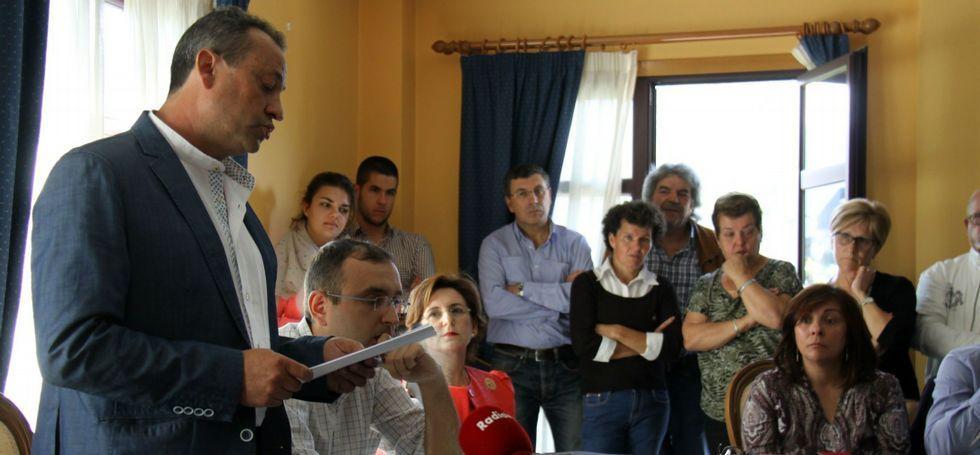 María Jesusa Candal (sentada, de rojo) escuchó atenta el discurso del nuevo alcalde, Rique Barreiro.