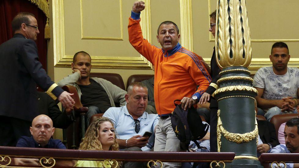 Desalojan a los estibadores presentes en el Congreso por increpar al portavoz del PP.La presidenta del PP, Mercedes Fernández, durante su intervención en el pleno de la Junta General, con David González Medina, al fondo de la bancada