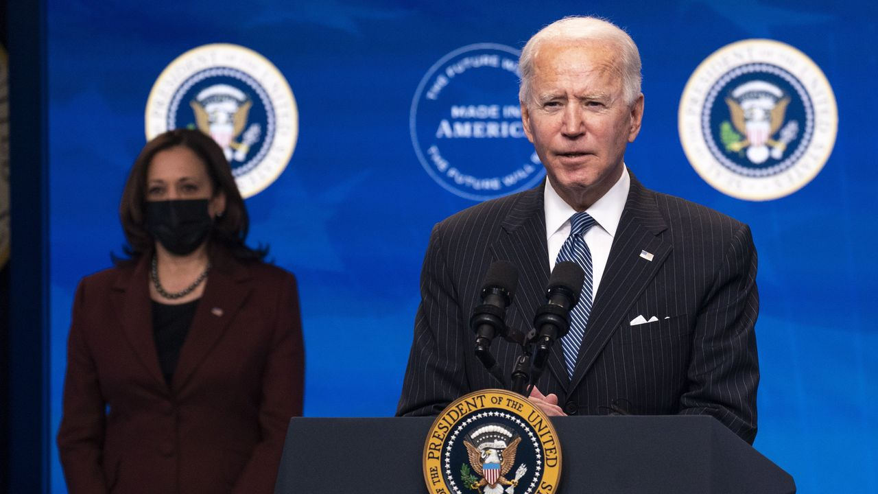 Biden, ante la prensa, acompañado por la vicepresidenta