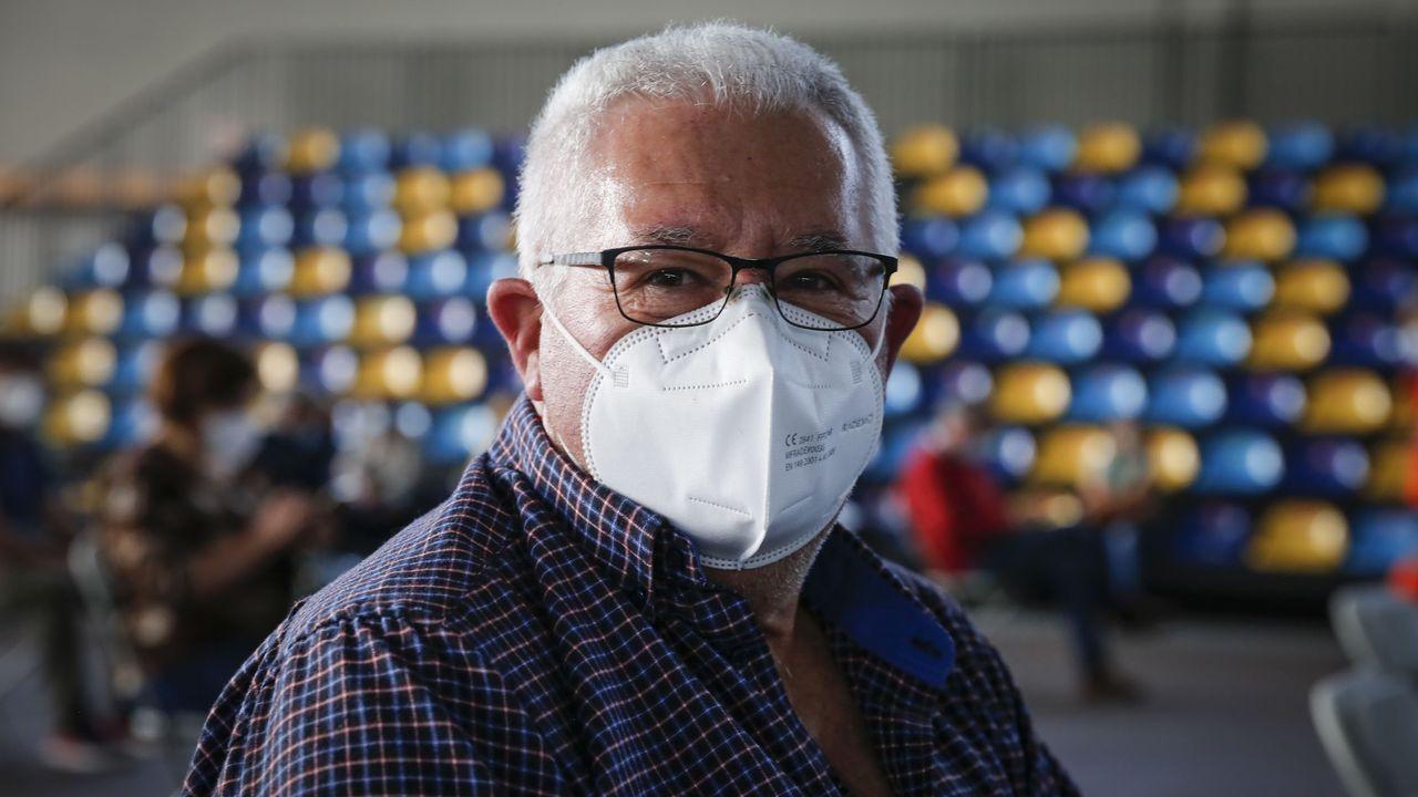 Modesto González, que se jubilará este año, recibió ayer la primera dosis de la vacuna contra el covid-19