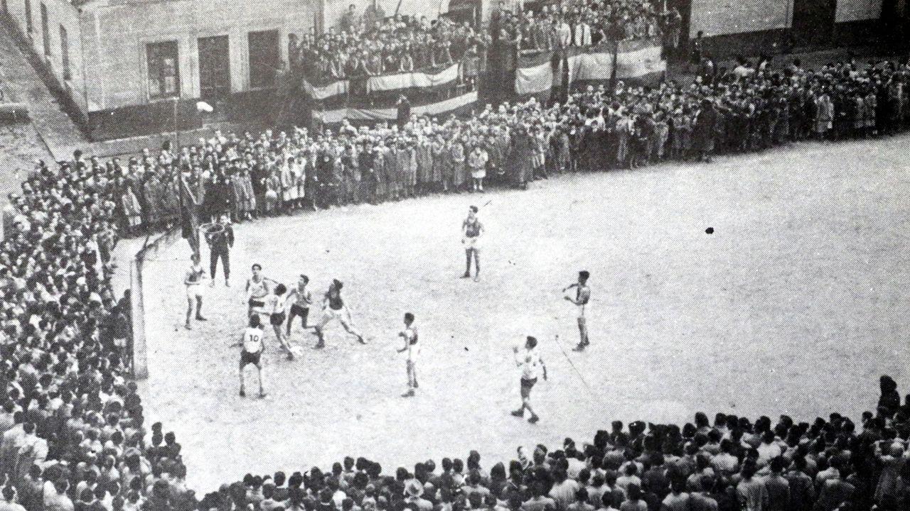 Antes de construirse el pabellón de la OJE, los partidos se jugaban en una simple pista al aire libre