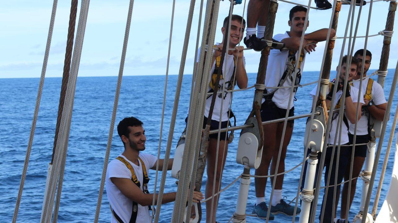 En todos los viajes desde 1928 convive la tripulación con los alumnos la Escuela Naval de Marín, 52 guardiamarinas embarcaron este año.