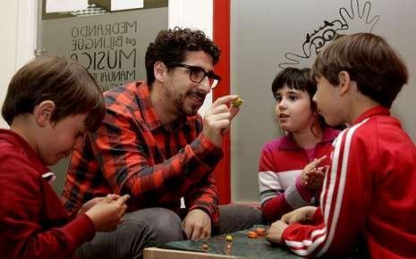 José Manuel, nun obradoiro de Cool School, destaca que os nenos «son esponxas» para os idiomas.