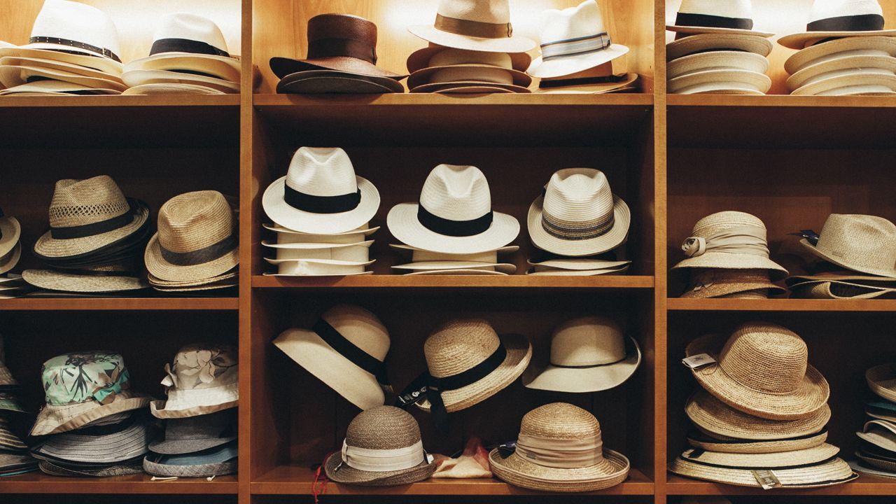 arco, Oviedo.Sombreros en una estantería de la Sombrerería Albiñana, que envía pedidos a todo el mundo a través de Internet