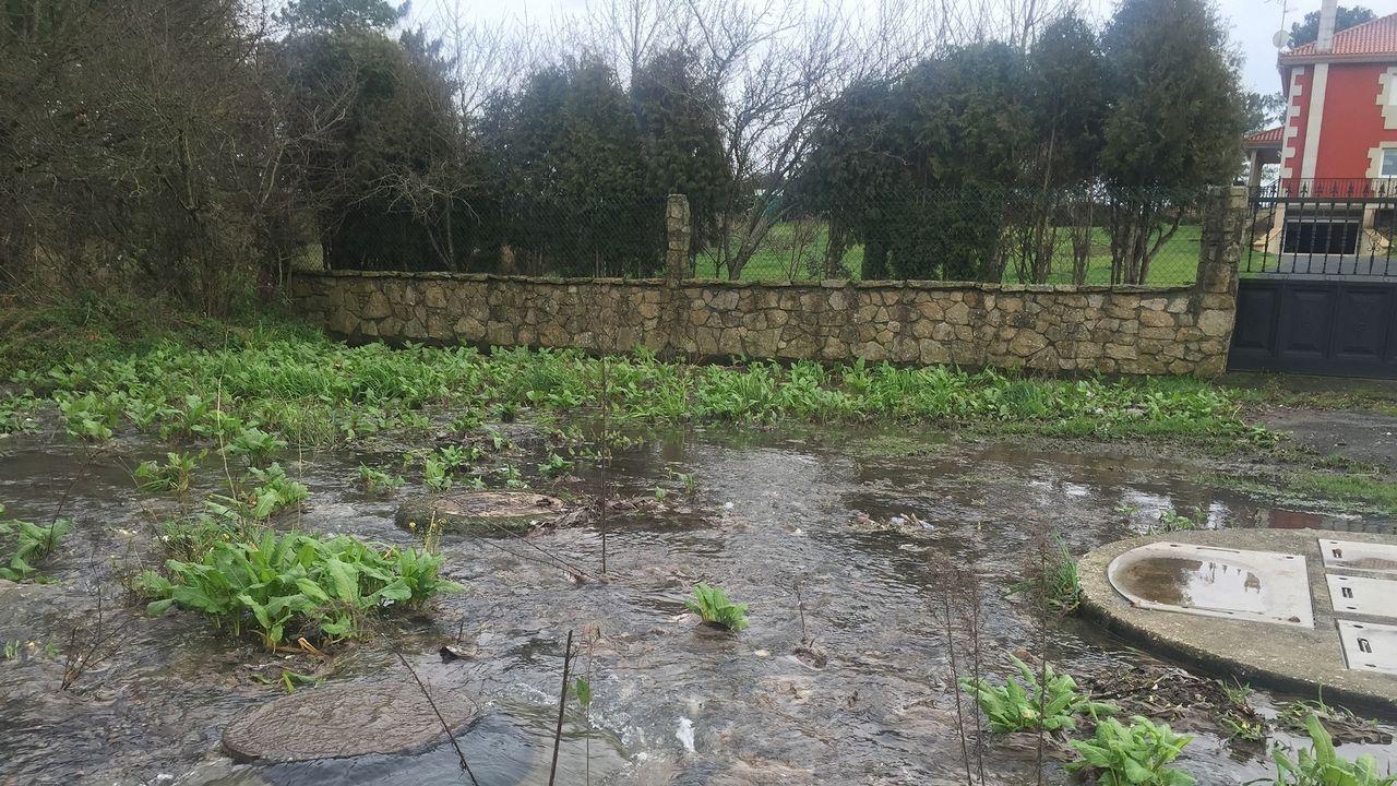 Inundaciones en A Coruña.Un corrimiento de tierras en Kumano destrozó una casa