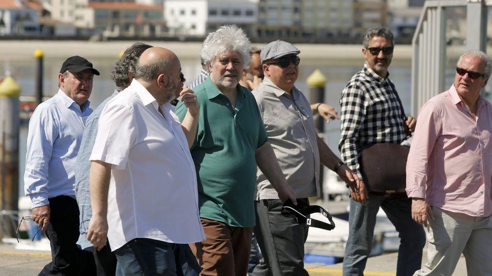Almodóvar llegando a Alvedro para rodar en Galicia.Almodovar y su equipo, con el alcalde de Ares en una visita a la villa