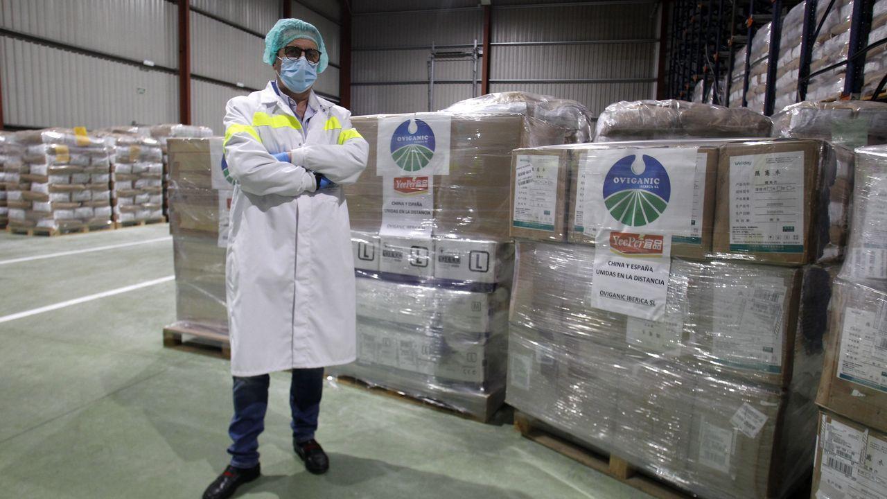 Alejandro, de DomusVi Monforte, regresa a la residencia tras superar el coronavirus.Joaquín Garrido, director general de Origanic Ibérrica, junto al material sanitario donado por la matriz china de su empresa