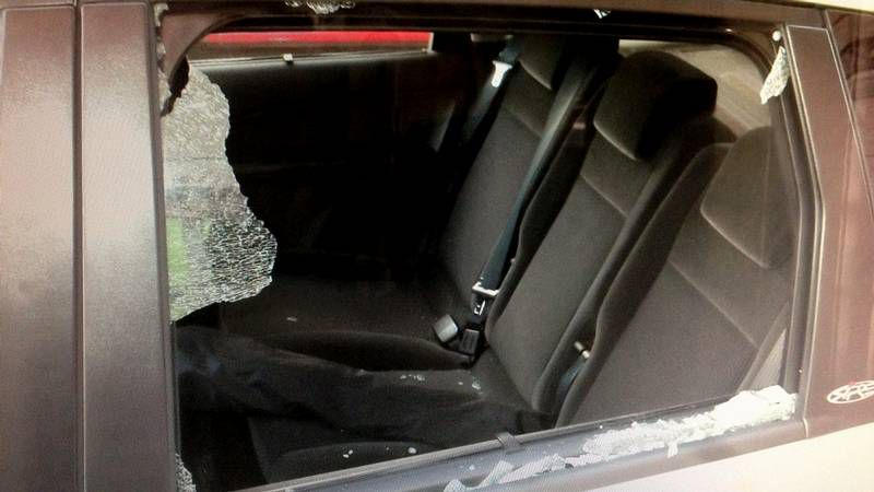 PROCESION NAZARENO.Uno de los coches que sufrió destrozos