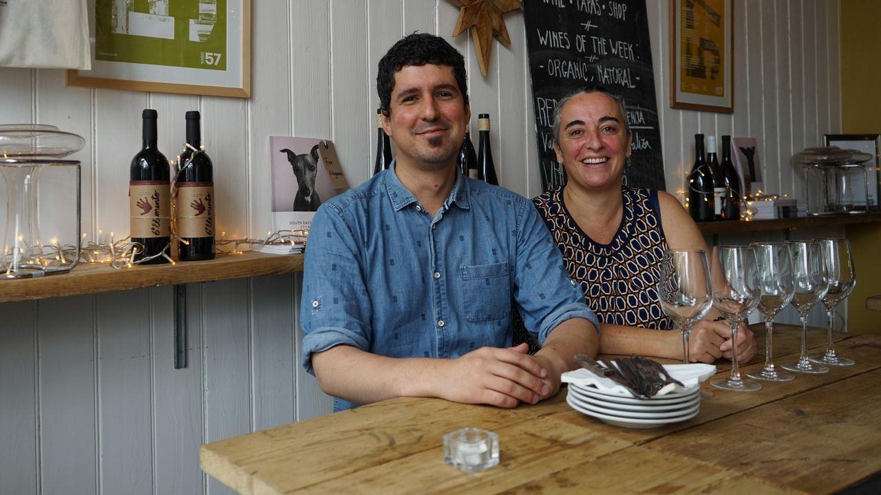 Los gallegos Fran Fra y Ana Gómez en el restaurante L´Oculto, un local especializado en vinos, productos artesanales y de pequeños productores