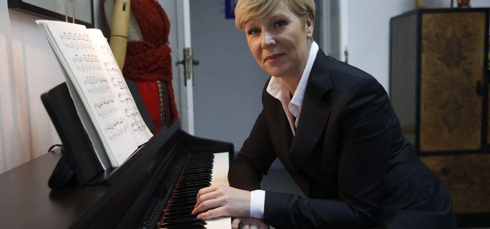 Natalie Drozdovska estudia quinto de Piano en el conservatorio, porque no le convalidan sus estudios de directora de orquesta.