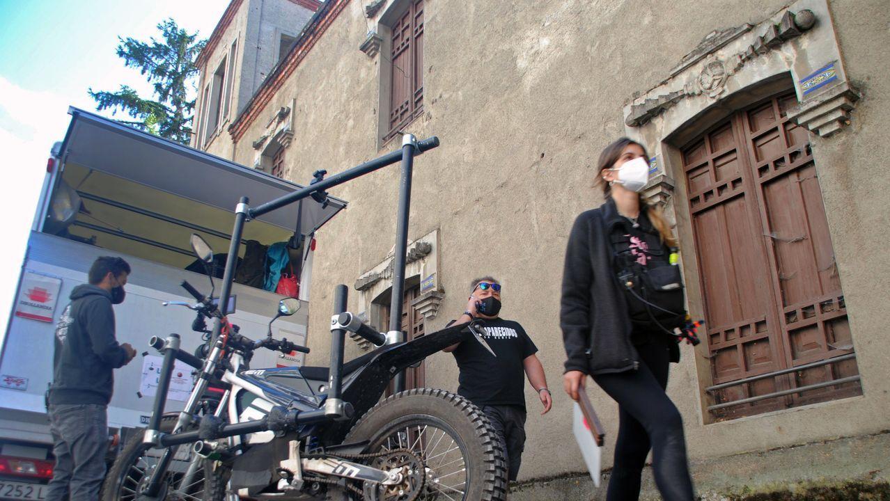El equipo de rodaje, junto a la casa del capitán Núñez, anexa al sanatorio en el que se grabó