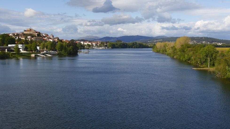 Miércoles lluvioso en Vigo.El río Miño a su paso por Tui