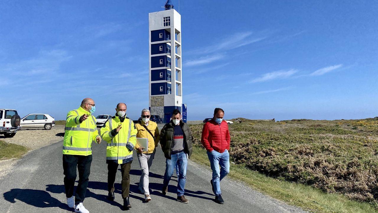 Las imágenes del 107 aniversario delIEO.La bajada a la playa de Sacido, que tuvo durante años bandera azul, está cortada desde abril del 2019