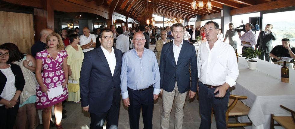 Feijoo, con responsables de la bodega Crego e Monaguillo y el alcalde de Monterrei.