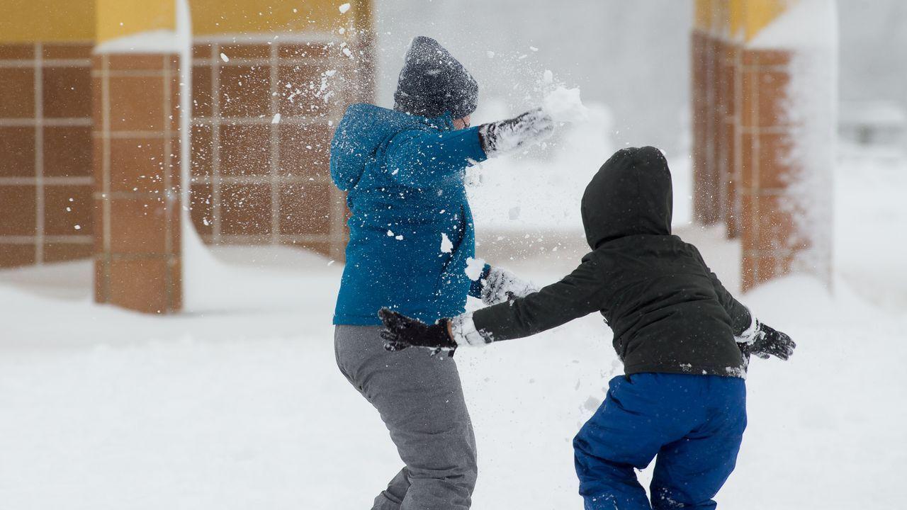 Los efectos de la «gran nevada»: el sábado la cota bajará a 200 metros.Los más pequeños disfrutaron de sus vacaciones escolares en la nieve