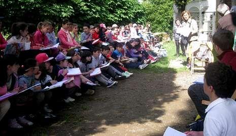 Los escolares dibujaron los elementos destacados de la iglesia románica de la Ruta Xacobea.
