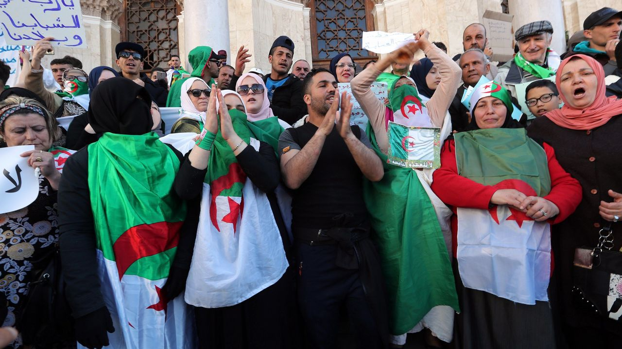 Cuarta semana de protestas en Argelia.Buteflika y el general  Ahmed Gaïd Salah en un acto militar en junio del 2012