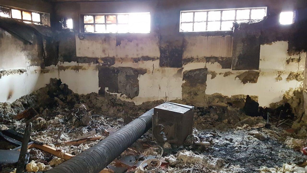 24 bomberos y seis vehículos acudieron para extinguir en fuego en un local de Monte Alto.Paz Fernández Campo es la gerente del Tanatorio Monforte, fundado a finales de los noventa