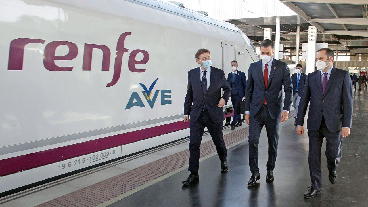 El presidente Pedro Sánchez inauguró ayer el tramo que llega hasta Beniel, en la Región de Murcia. En la imagen, acompañado por el presidente valenciano, Ximo Puig, y el ministro de Transportes, José Luis Ábalos.