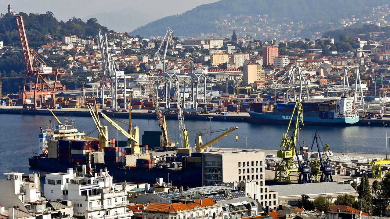 Barcos cargueros de contenedores en el puerto de Vigo