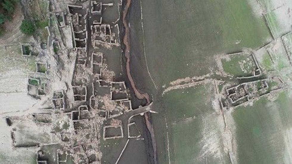 Imagen desde el aire de las antiguas construcciones que fueron anegadas por el embalse