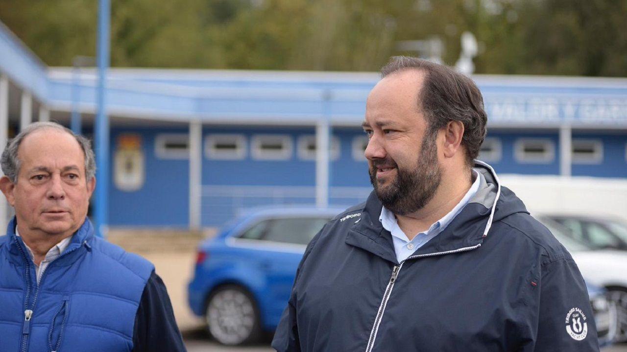 Jorge Menéndez Vallina, acompañado de Federico González