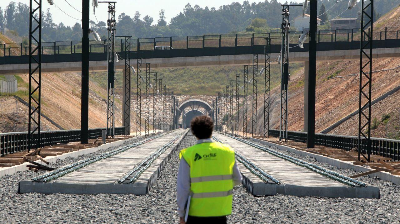 En la fotografía, vista de un ferrocarril entre Ferrol y A Coruña a su llegada a la dársena ferroviaria de la ciudad herculina.