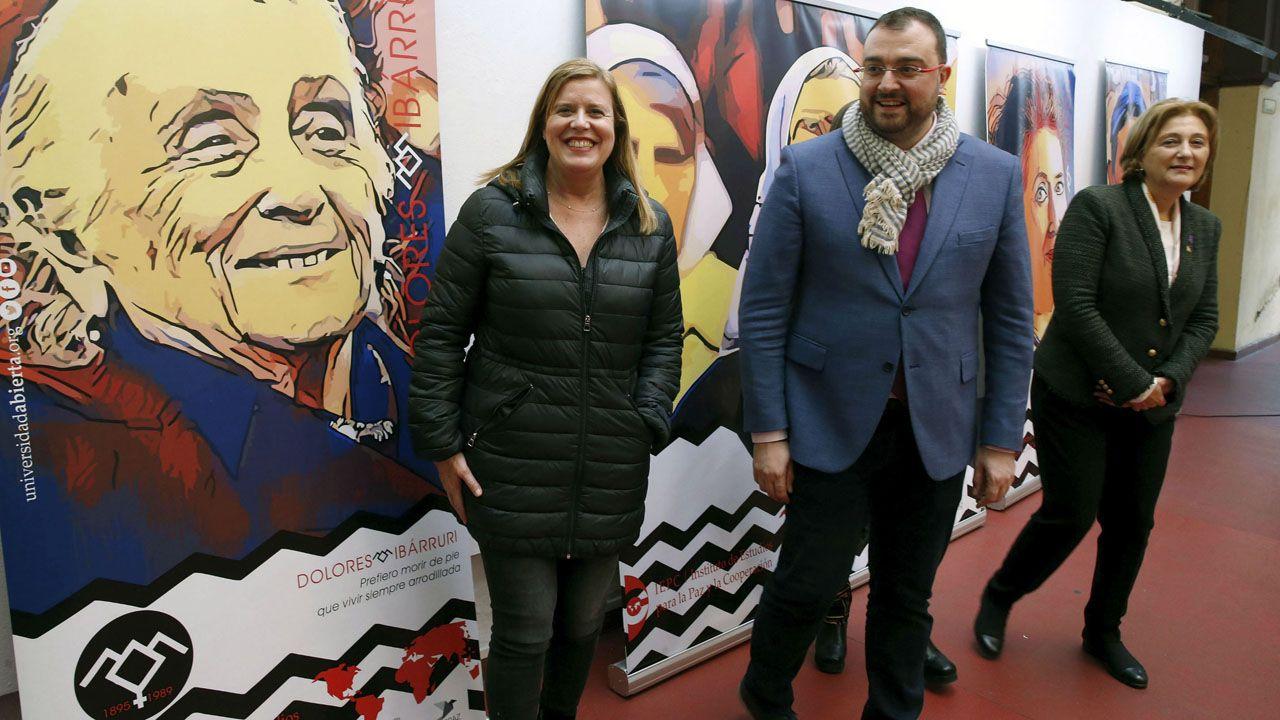Carmen Arbesú, Adrián Barbón y Delia Losa posan ante un retrato de Dolores Ibárruri