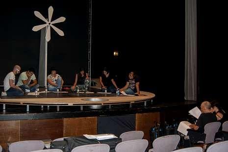 El CDG, durante los ensayos de «As laranxas máis laranxas de todas as laranxas» en el Salón Teatro.