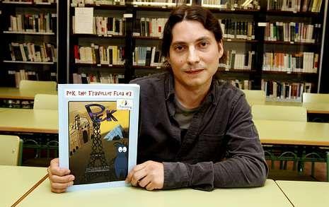 Daniel Vieites, en la biblioteca del San Clemente, con la publicación premiada en Croacia.