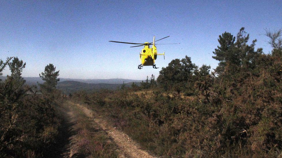 Momento en que despega el helicóptero sanitario que trasladó al hombre al hospital de Lugo