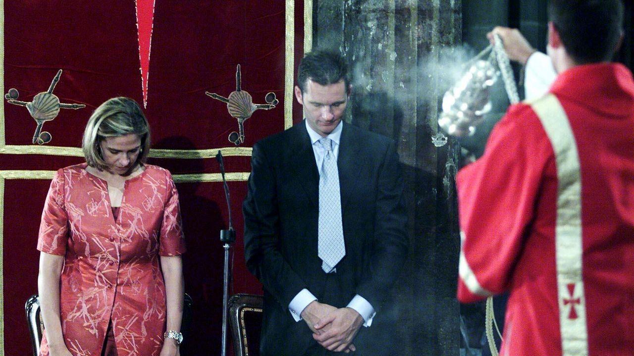 La pareja, a la entrada del museo Dalí en Figueres.El matrimonio, durante el acto de ofrenda al Apóstol, en Santiago, en el año 2000