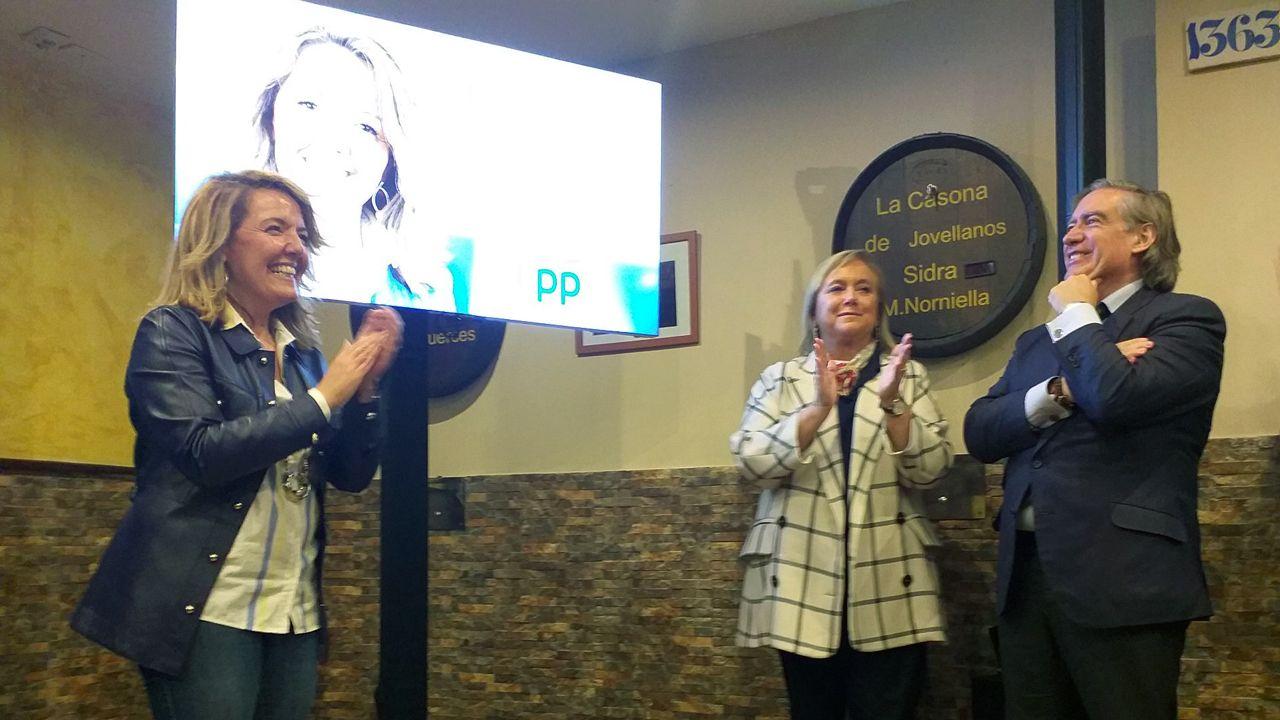 Teresa Mallada, Mercedes Fernández y Alberto López Asenjo, en la pegada virtual de carteles del PP, celebrada en Gijón